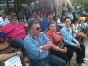 Ο δήμαρχος Βέλου-Βόχας κ. Αννίβας Παπακυριάκος και η πρόεδρος του Ευθύμειου Κέντρου κ. Ρούλα Νικολοπούλου παρακολουθούν τον φιλανθρωπικό αγώνα