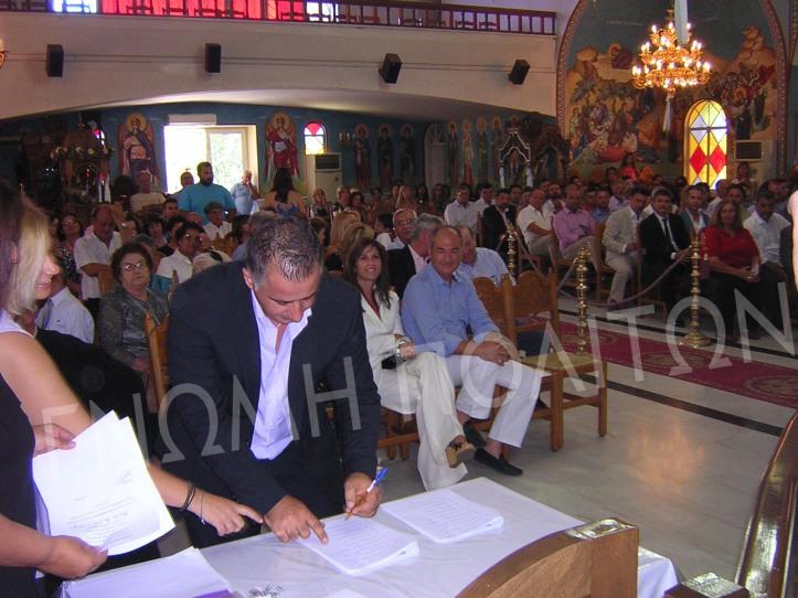 Ο επικεφαλής της Αντιπολίτευσης Θανάσης Μανάβης υπογράφει το πρακτικό