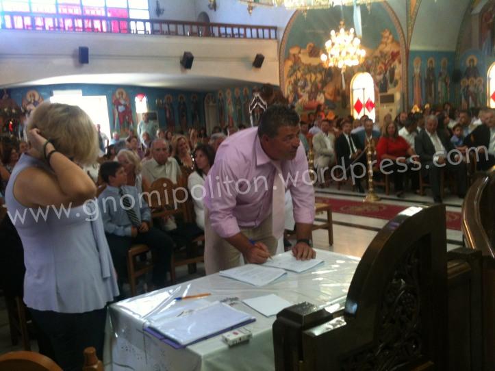 Ο Άγγελος Μαστοράκος προεδρος της Τ.Κ. Πουλίτσας υπογράφει το Πρακτικό.