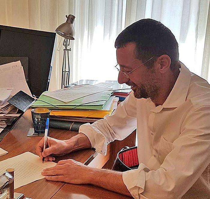 Ο δήμαρχος Σικυωνίων, Σπ. Σταματόπουλος υπογράφει την ιστορική μεταβίβαση των ακινήτων της περιουσίας Μαυρούλια στο δήμο.