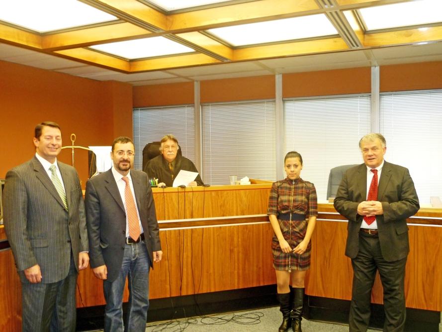 Από αριστερά: ο αντιπρόεδρος της JP Morgan Victor A. Melchiorre, ο δήμαρχος Σικυωνίων Σπ. Σταματόπουλος, ο δικαστής, η δικηγόρος του δήμου Κωνσταντίνα Γεωργούλια και ο δικηγόρος του δήμου Σικυωνίων στην Αμερική Robert C. Thompson.