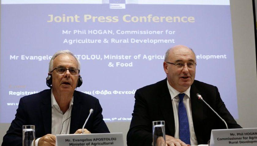 """Ο Ευρωπαίος Επιτρόπος αρμόδιος για την Γεωργία, Phil Hogan (Δ), μιλάει δίπλα στον υπουργό Αγροτικής Ανάπτυξης, Βαγγέλη Αποστόλου (Α), κατά τη διάρκεια συνέντευξης τύπου με αφορμή την επίσημη καταχώρηση ονομασίας της """"Φάβας Φενεού"""", ως Προστατευόμενη Γεωγραφική Ένδειξη (ΠΓΕ) στο Ενωσιακό Μητρώο, Αθήνα Πέμπτη 6 Οκτωβρίου 2016. ΑΠΕ-ΜΠΕ/ΑΠΕ-ΜΠΕ/ΓΙΑΝΝΗΣ ΚΟΛΕΣΙΔΗΣ"""