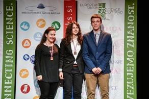 Γεωργία Θελερίτη, Μυρσίνη Κελλάρη και Γιώργος Χριστοδούλου στην απονομή των χάλκινων μεταλλίων στο τέλος της Ευρωπαϊκής Ολυμπιάδας Φυσικών Επιστημών EUSO, η οποία διεξήχθη υπό την αιγίδα της Ένωσης Τεχνικού Πολιτισμού της Σλοβενίας. Αίθουσα Φεστιβάλ, Vilharjeva cesta 11, Λιουμπλιάνα Φωτό: Nebojsa Tejic / STA.