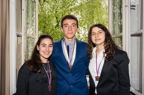 Οι τρεις μαθητές του 1ου Γενικού Λυκείου Κιάτου με τα μετάλλια περασμένα στο λαιμό τους!