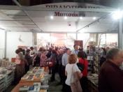 Κατάμεστο το βιβλιοπωλείο Μπιτσάκου, μέσα και έξω από κόσμο που ήρθε να τιμήσει τη μνήμη του Ντίνου Βλαχογιάννη.