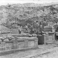 14 Μαΐου 1900: Γιγάντια αγάλματα και η κρήνη Γλαύκη στο φως του ήλιου μετά από χιλιάδες χρόνια στην Αρχαία Κόρινθο